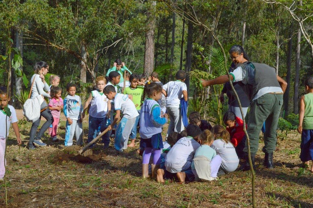 Alunos da Escola Fazenda Alpina plantam mudas de árvores no Parque Municipal, em Santa Rita, no 2º Distrito