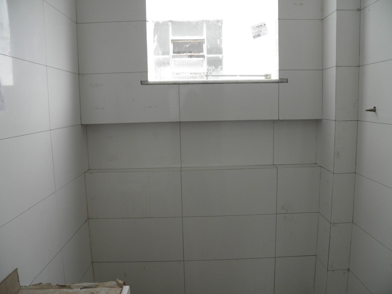 sonho com cimento de amor!: Inicio do revestimento: banheiro suite #57534A 1600x1200 Banheiro Branco Com Rejunte Cinza