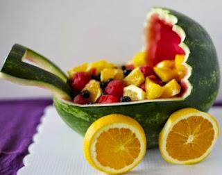 http://manualidadesreciclables.com/15754/arreglo-de-frutas-para-baby-shower