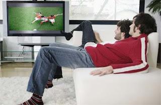 holgazanenado viendo el futbol en fin de semana