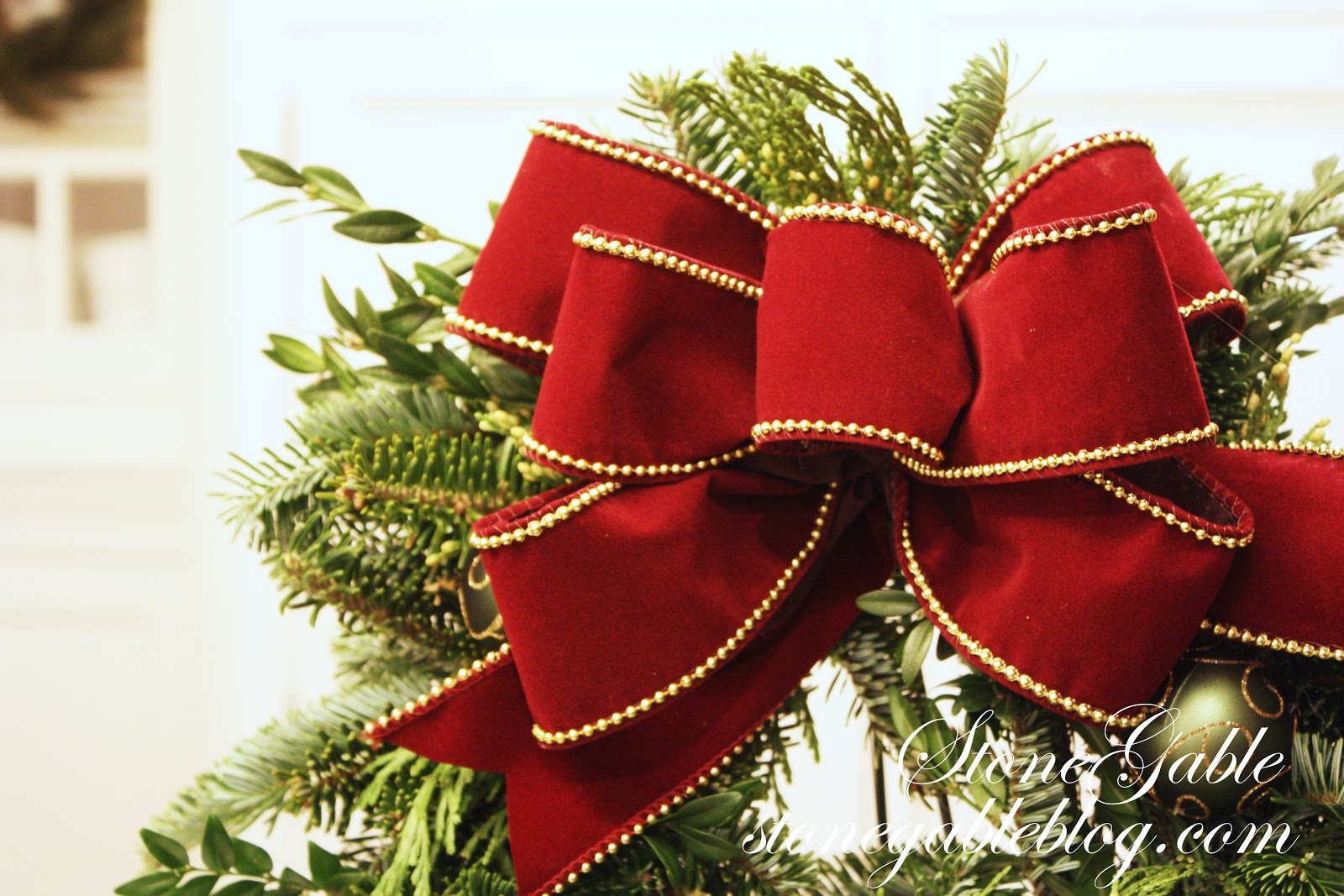 the easiest way to make a live wreath stonegable jpg 1600x1067 making christmas bows