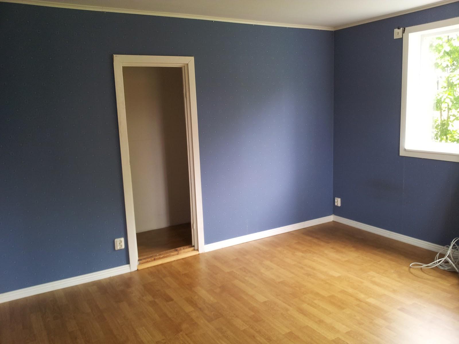 Skapande hem: bygga säng i lilla stugan.