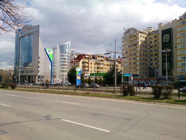 Tòa nhà nên có khoảng cách nhất định với mặt đường