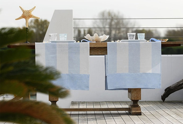 mesa de terraza con camino de mesa con rayas suaves