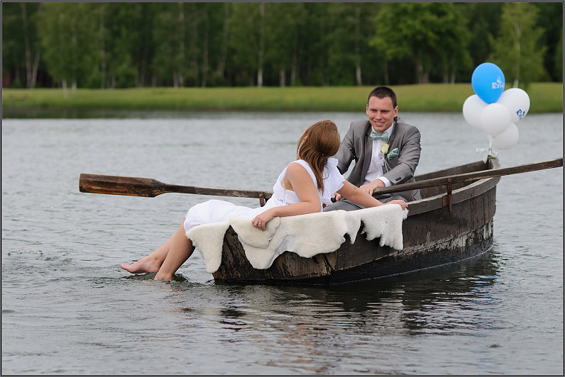 vestuvininkai atplaukia valtimi
