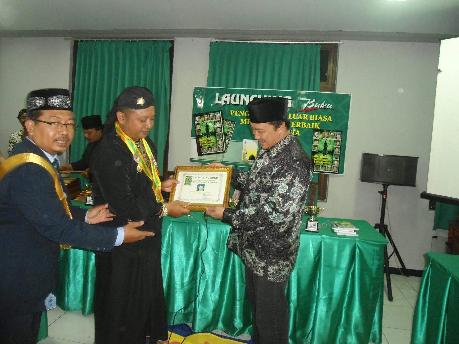 Pemberian Award sebagai salah satu Metafisikawan terbaik Indonesia 2014