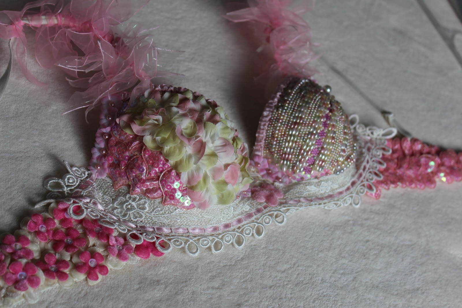 Breast Cancer Bra Decorating Ideas http://northernlightscrafts.blogspot.com/2012/03/bra-i-decorated-for-bras-for-cause.html
