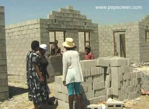 Casas económicas en construcción con bloques de concreto