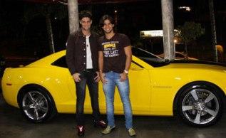 Munhoz e Mariano com seu Camaro Amarelo
