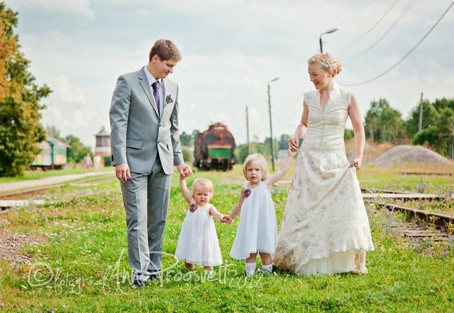pruutpaar-jalutab-lastega-pulmapaev