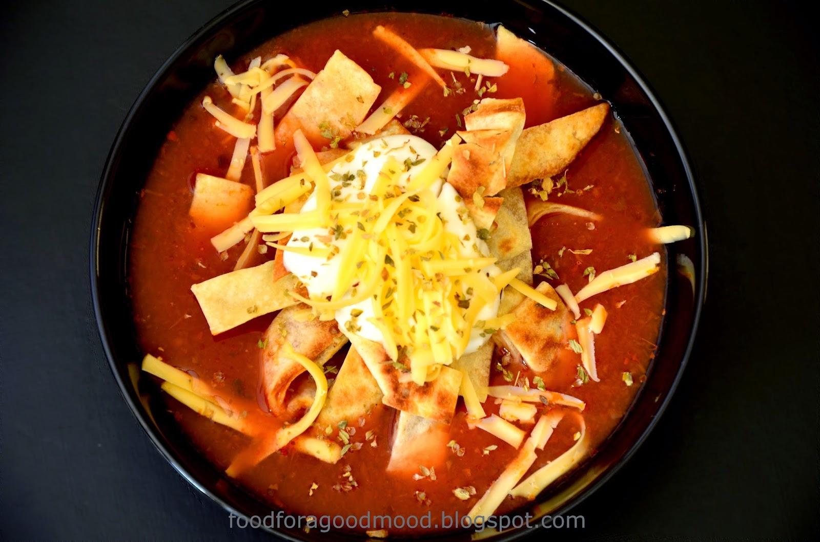 Szybka, smaczna i zarazem lekka zupa na bazie pomidorów z dodatkiem oregano. Smak lekko ostry z nutką słodyczy. W środku wkładka z roztopionym żółtym serem, a zamiast makaronu – chrupiące paski tortilli…