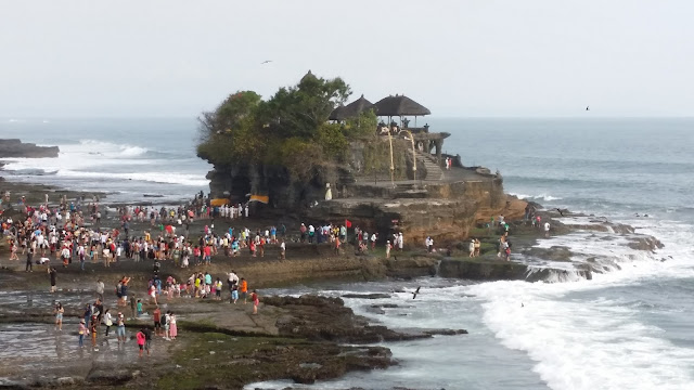 Afluencia masiva de turistas en Tanah Lot, Bali