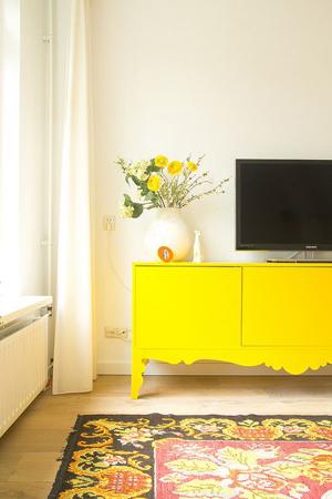 mueble tv amarillo