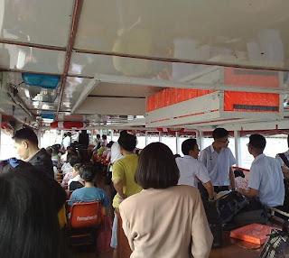 ตู้เก็บเบาะชูชีพด้านท้ายเรือ เหนือเครื่องยนต์