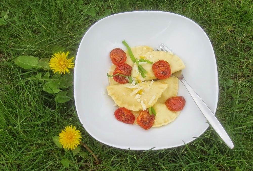 Ravioli mit Bärlauch-Spargel-Füllung und confierten Tomaten