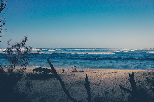 Wzburzone morze widoczne z plaży