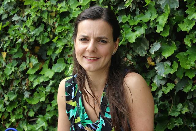 Robe palmier Claudie Pierlot, escarpins Cosmoparis corail