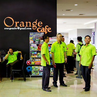 Wordless Wednesday Street Photography Hijau di Orange Cafe
