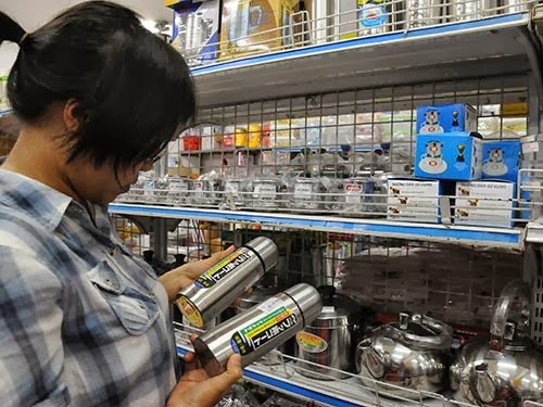 Phích nước Trung Quốc có chất độc vẫn được siêu thị bày bán