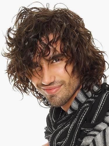 longos cabelos bagunçados masculinos