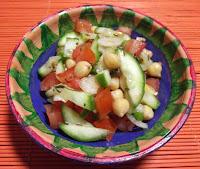 Bezmięsna sałatka z ciecierzycą, pomidorem i ogórkiem