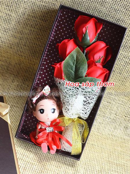 Hoa sáp thơm 5 bông kèm búp bê
