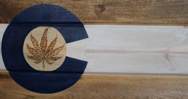 Loja no Colorado, uma das pioneiras do mundo em venda de produtos legais com maconha, inova e cria uma versão da bandeira do estado americano com a folha da maconha dentro do C.