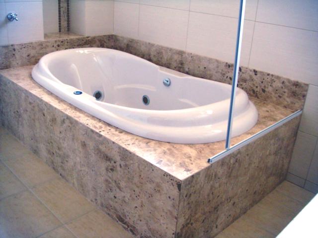 JE Mármores e Granitos Banheira com acabamento em Mármore Travertino -> Acabamento Banheiro Com Banheira