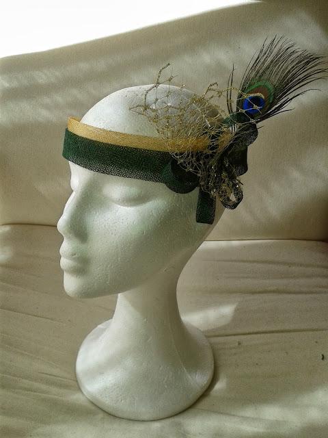 banda económica, banda para  boda, banda barata, banda verde y dorada, pluma de pavo reál, banda con tul, tocado barato para boda, tocado económico