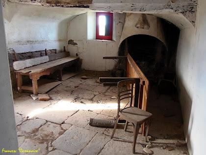"""Interior de la cuina, amb la llar de foc, del Vilar. Autor: Francesc """"Caminaire"""""""