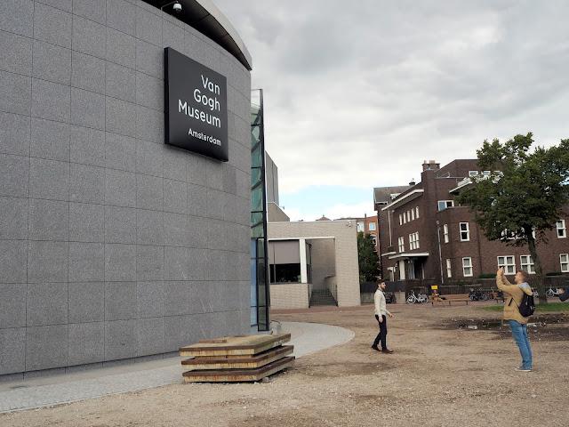 Prezentuje největší sbírku obrazů Vincenta van Gogha na světě. Je v něm uložena také velká část dopisů, které malíř psal svému bratru Theovi. Dále jsou v suterénu vystaveny obrazy Paula Gauguina, Claude Moneta, Felixe Valottona, Pabla Picassa a Henri de Toulouse-Lautreca.