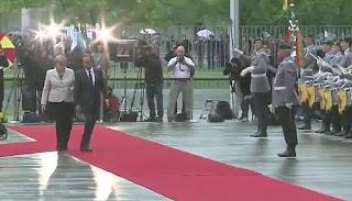 رئيس فرنسا الجديد لا يعرف البروتوكول في المانيا