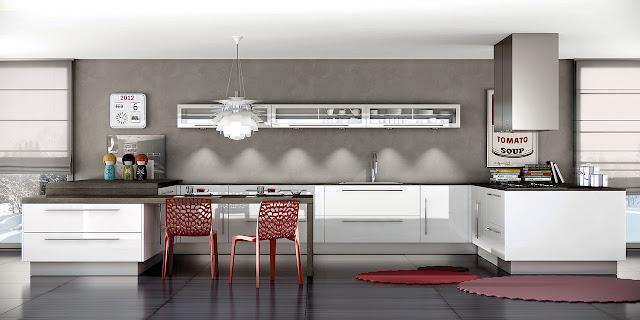 Cuisine en U, design, de couleur blanc brillant, elle offre un espace repas et des meubles hauts vitrés fins