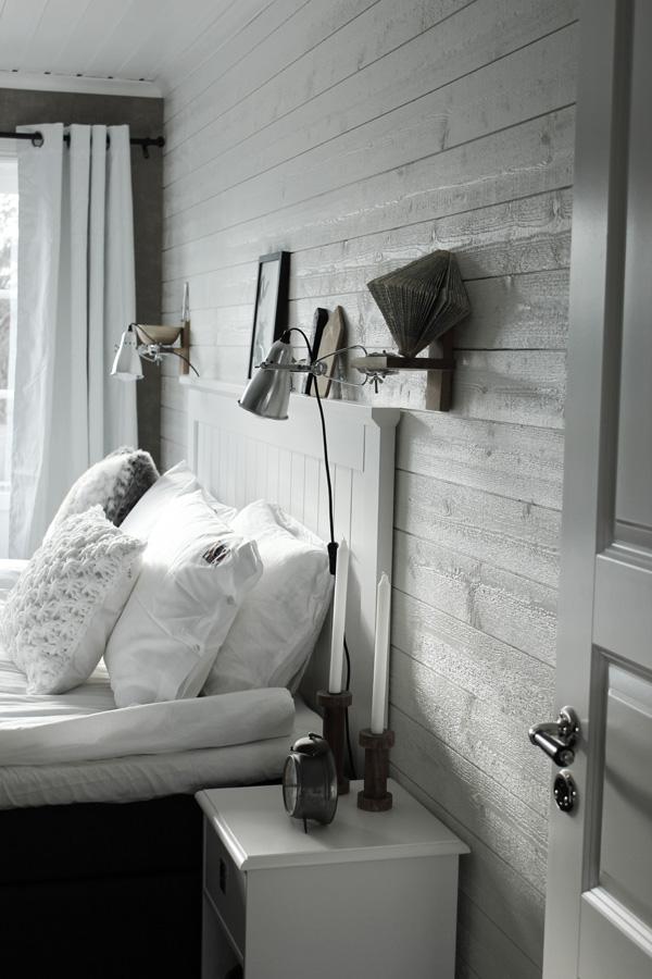 renoverat sovrum i vitt och trärent. Liggande vit panel på väggen med plank. Sänglampor från IKEA. Klämspot i sovrummet. Säng från SOVA. Huvudgavel i vit trä. Sovrum 2013. Virkad vit kudde. Stickad vit kudde. Sängkläder från eightmood.