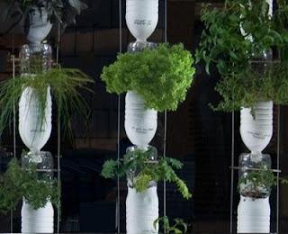 botella de plastico como jardineras colgantes Fotos de reciclaje