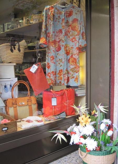 Vestidos, bolsos y cestas de verano