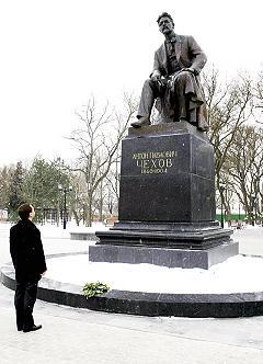Estatua de Anton Chejov sentado