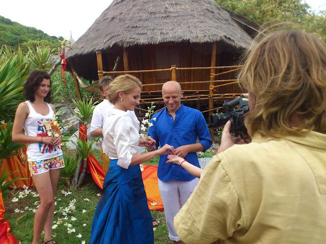 Обмен кольцами - свадебная церемония в Таиланде