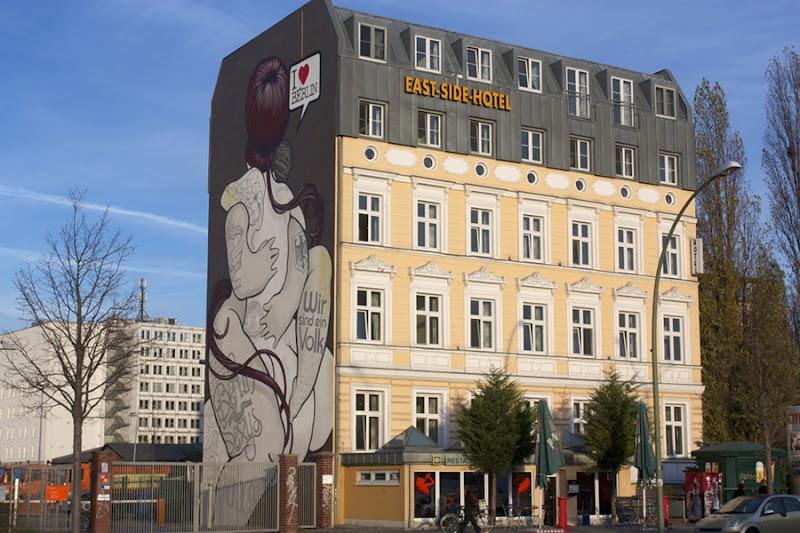 Mural enfrente de la East Side Gallery, Berlín