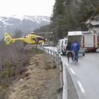 Vejam a incrível perícia deste piloto de um helicóptero-ambulância na Noruega. Ele pousou no guard-rail da pista.  O lugar é impróprio para o pouso da aeronave, mas a gravidade das vítimas exigiam uma atitude do piloto, nifinal ele definiu:  Piloto: Eu tive que equilibrar um pouco, mas não foi um pouso muito duro.