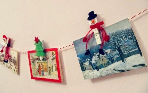 Guirnalda de navidad con pinzas de la ropa colgada en la pared