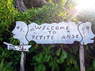 Petite Anse Schild auf La Digue, Seychellen