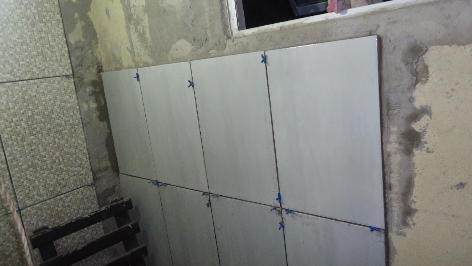 Marido tentou colocar os revestimetnos da parede na horizontal mas  #6E7259 1600x900 Banheiro Com Ceramica Cinza