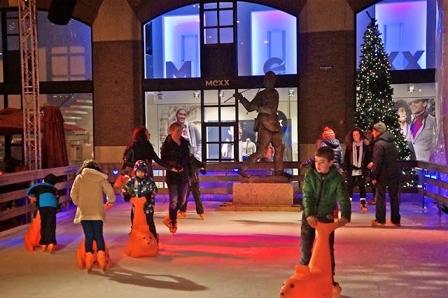 Afbeelding van schaatsen in het centrum van Groningen.