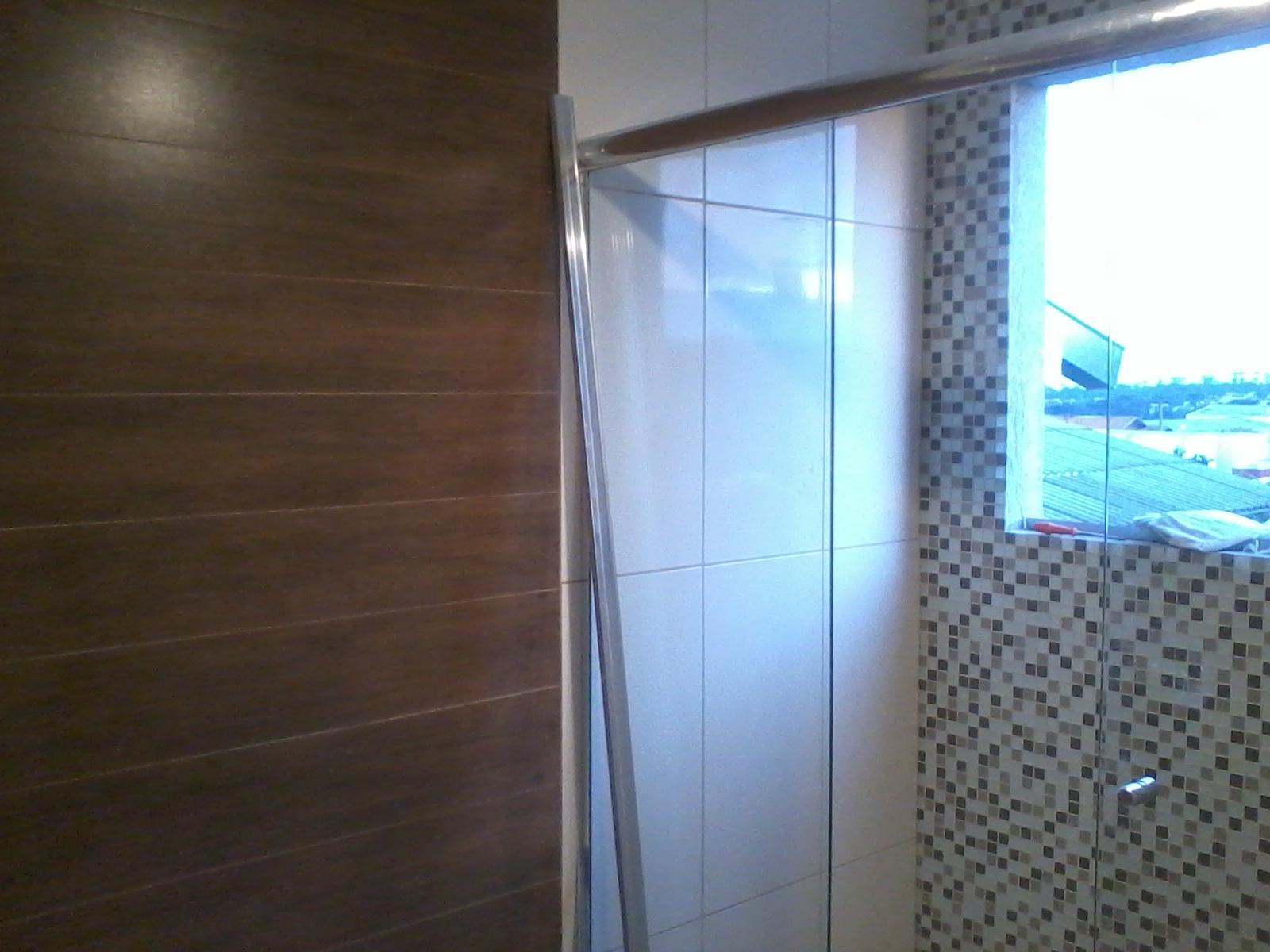 Parede de cimento queimado do lavabo. #1C77AF 1600x1200 Banheiro Com Porcelanato De Madeira