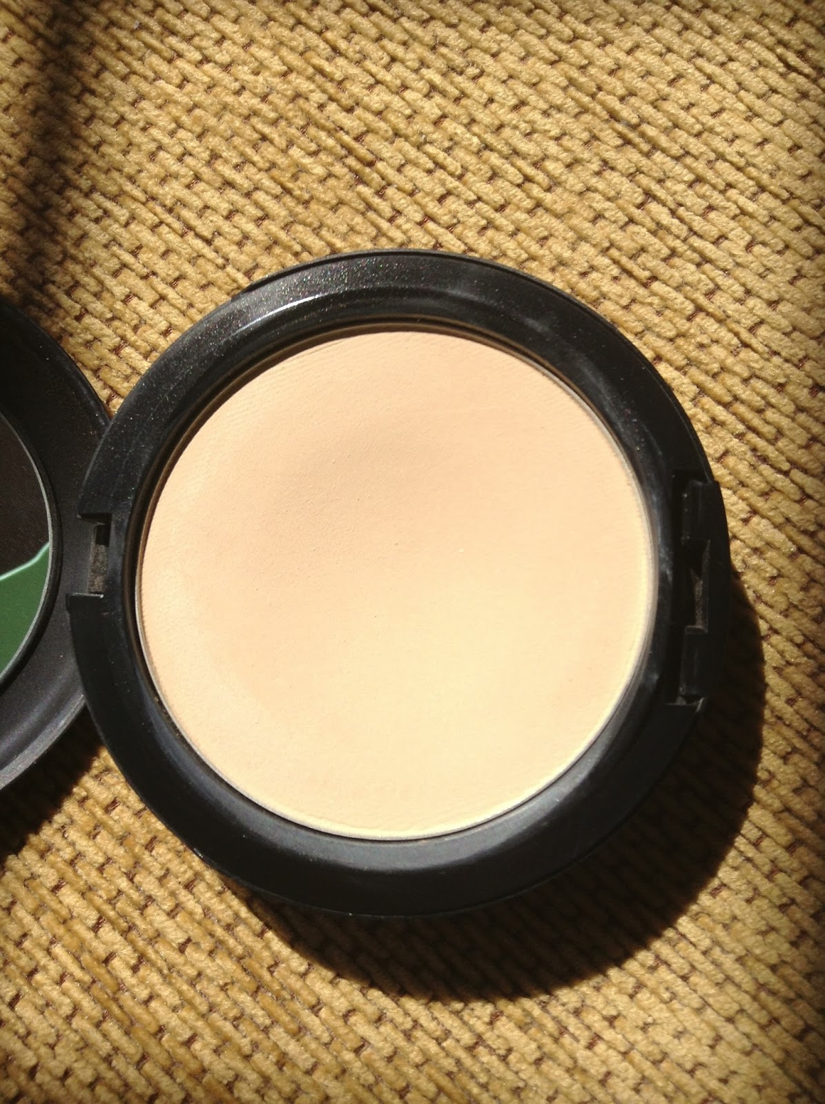 Daily Dose Of Amelie Mac Studio Fix Powder Plus Foundation In C2 Looks Peachier Slightly Darker Here Than It Actually Is