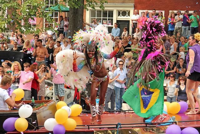 As festas contam com feira, música, balões e muitas roupas cor-de-rosa para animar o dia (Foto: Meteorry)