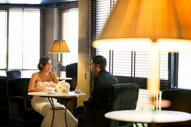 los novios solos en la cafeteria del hotel tomando un té