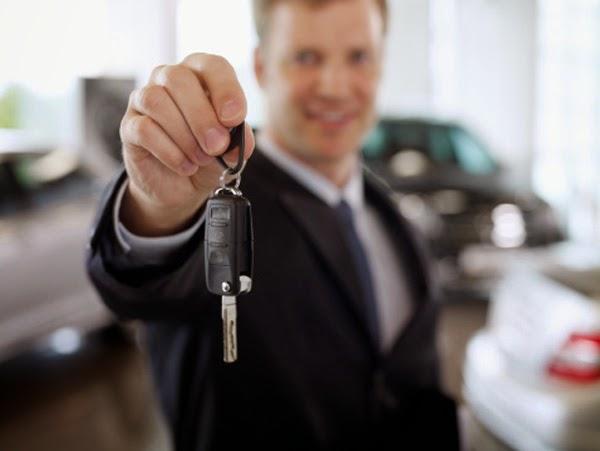 hombre sosteniendo unas llaves