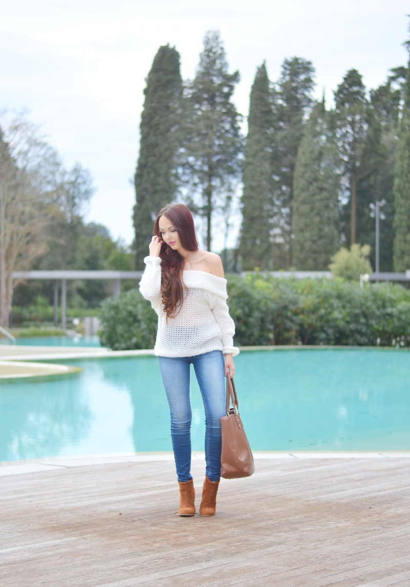 Urlaubs_Outfit_schulterfrei_off_shoulder_Pullover_hellblaue_Jeans